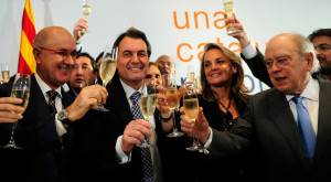 CiU leader Artur Mas, second from left, celebrates his victory with his wife HELENA RAKOSNIK, second from right, party co-leader Josep Antoni Duran i Lleida, left, and former President of Catalonia Jordi Pujol, right, in Barcelona, Spain, Sunday, Nov. 28, 2010. En la foto brindando con champagne