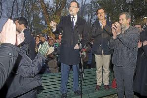 Rajoy en un banco
