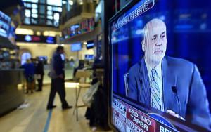 JLX12. NUEVA YORK (EE.UU.), 18/09/2013.- Comerciantes de bolsa trabajan mientras el presidente de la Reserva Federal, Ben Bernanke, habla en televisión hoy, miércoles 18 de septiembre de 2013, en la sede de la Bolsa de Valores de Nueva York (EE.UU.). El inesperado anuncio por parte de la Reserva Federal de Estados Unidos de mantener intacta su política de estímulo a la economía del país ha sido recibido con júbilo en Wall Street, donde las pérdidas se han convertido automáticamente en ganancias y donde el selectivo S&P 500 alcanzó un máximo histórico. A escasos minutos del anuncio, a las 14.30 hora local (18.30 GMT), el Dow Jones cambiaba el -30 % con el que había alcanzado la media sesión tras abrir prácticamente en plano por una ganancia del 0,82 % hasta los 15.656,82 enteros, mientras que el selectivo S&P 500 subía un 1,06 % y alcanzaba el máximo histórico de 1.722,18 unidades y el índice Nasdaq subía un 0,78 % hasta los 3.774,90. EFE/JUSTIN LANE