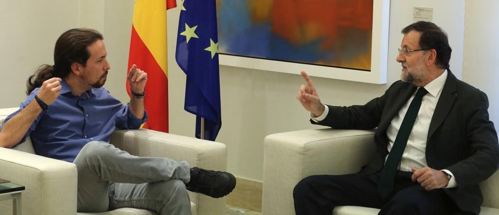 GRA312. MADRID, 30/10/15.- El presidente del Gobierno, Mariano Rajoy (d), ha recibido esta tarde en el Palacio de la Moncloa al líder de Podemos, Pablo Iglesias (i), para contrastar sus posiciones ante la iniciativa independentista en Cataluña. EFE/Ballesteros