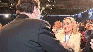 El abrazo de Rajoy a Cifuentes