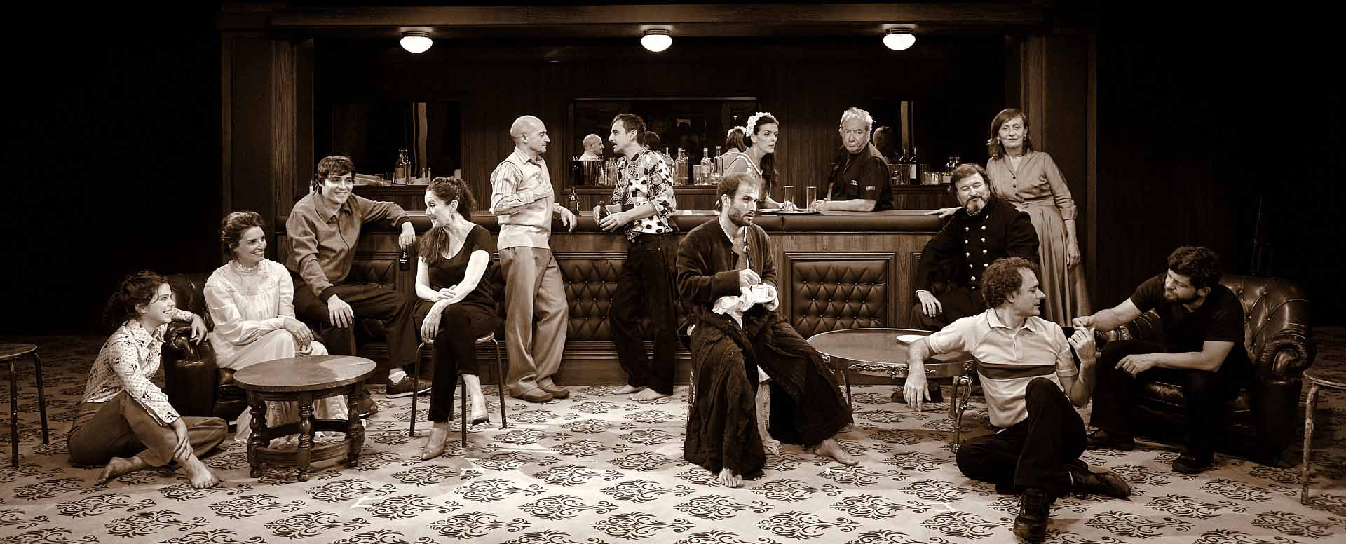 Un bar bajo la arena, crítica teatral