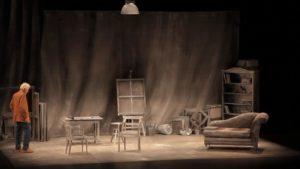 Señora de rojo sobre fondo gris, crítica teatral