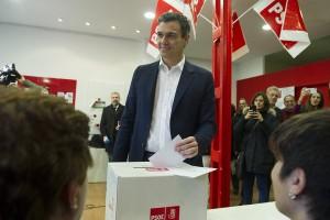 Sánchez vota en la consulta a las bases del PSOE
