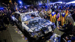 Merienda festiva en la puerta de la Consellería de Economía de la Generalitat el 20-S