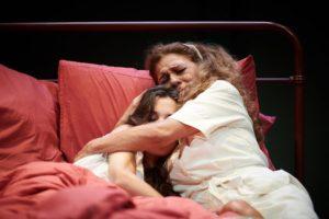 La fuerza del cariño, crítica teatral