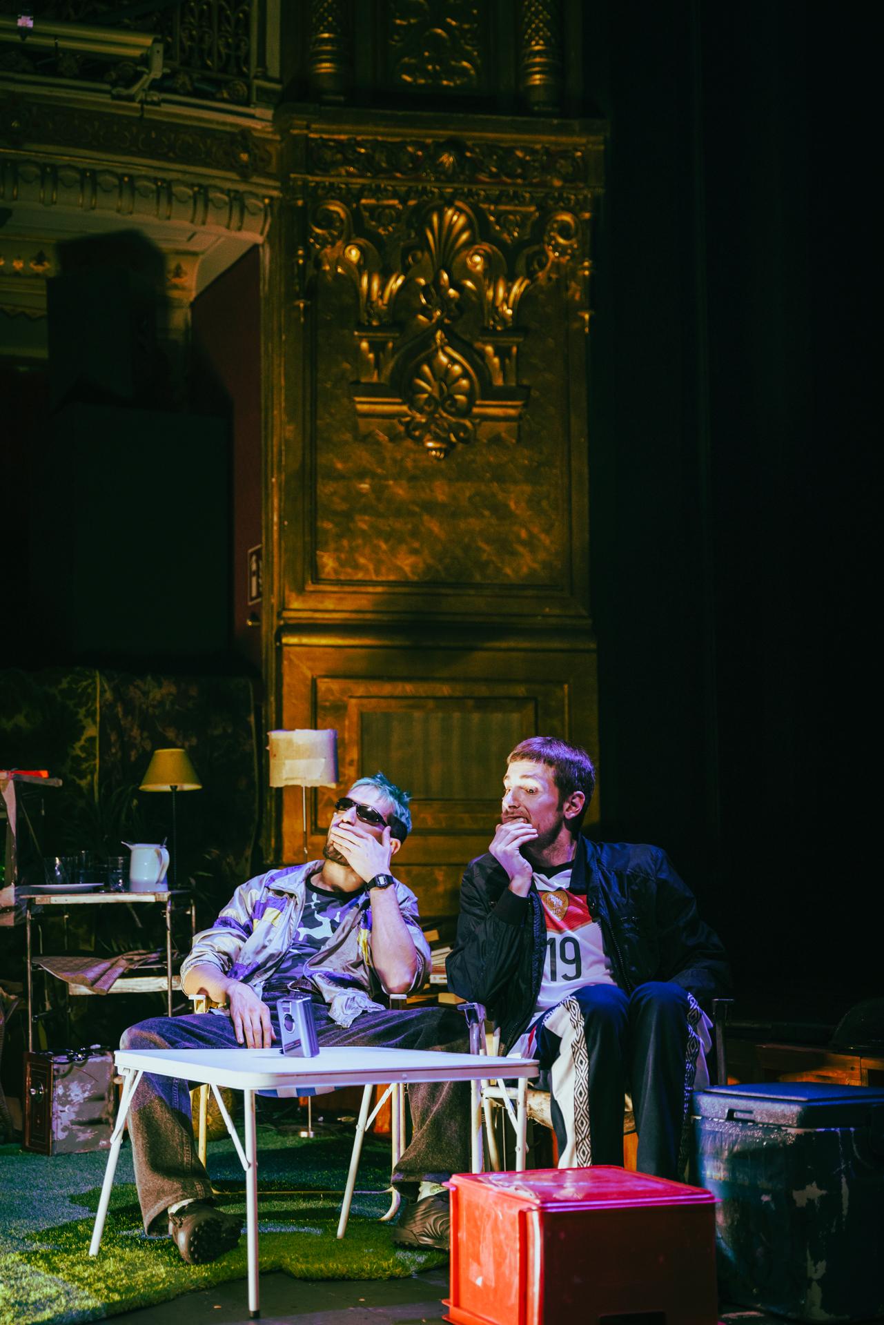 Atraco, paliza y muerte en Agbanäspach, crítica teatral